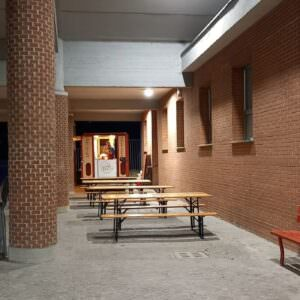 Swap party di vestiti e oggetti nel portico di Oltheatre